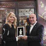 Haradinaj në Londër i jep dhuratë këngëtares më të famshme shqiptare