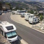 Autobuse me turiste ne Gjirokaster