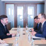 Bushati me zyrtarin amerikan: Shqipëria rol konstruktiv në rajon