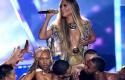 Jennifer Lopez rrëzohet në skenë, por… – VIDEO