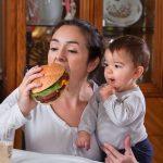 Ushqen foshnjën me gji? Mos e bëj këtë!