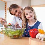 nena dhe femija duke ngrene sallate jeshile