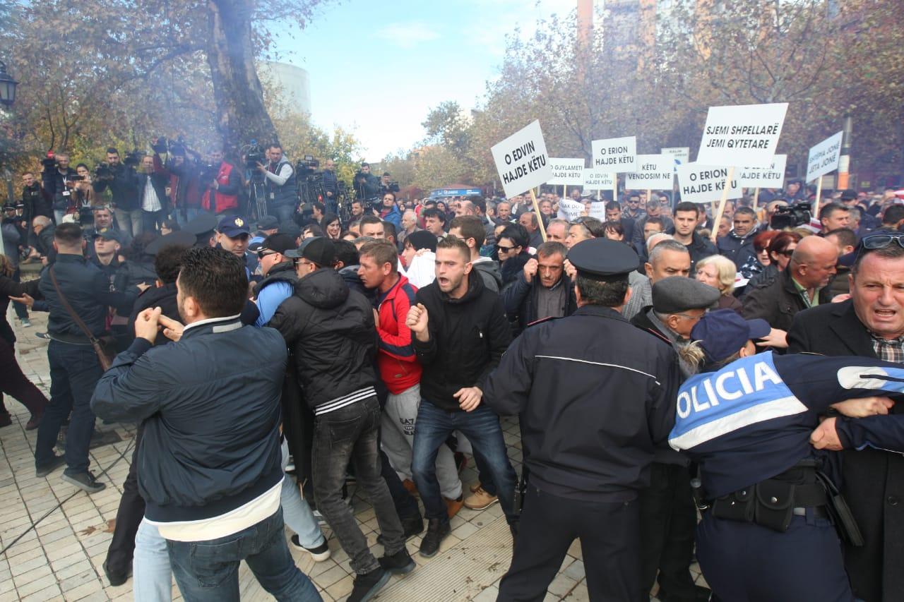 policia dhe protestuesit-konica.al