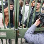 Pas fakultetit, studentët bojkotues mbyllin me zinxhirë gjimnazin 'Petro Nini'