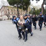 Përplasja polici-protestues: Mos më prek, jam e operuar!