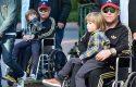 Elton John, në karrocë me rrota