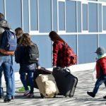 Të rinjtë marrin valixhet dhe braktisin vendin