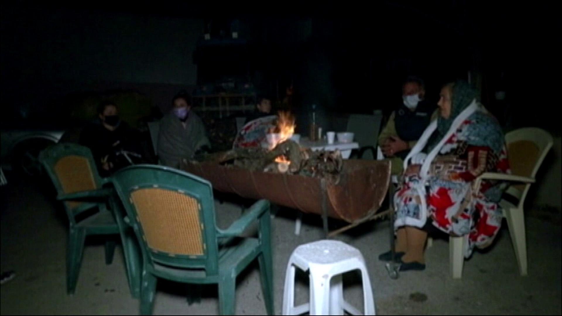 Në zonat më të goditura dhjetëra banorë e kalojnë natën jashtë - Konica.al